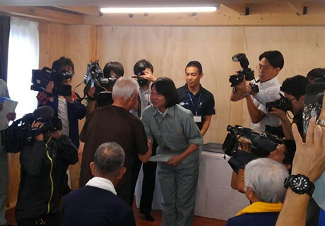 9月8日はあいにくの雨、伊東市長より鍵を渡され入居者が嬉しそう!
