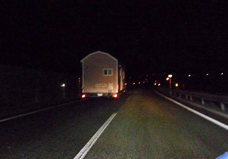 夜間の高速道路 撮影は後方警戒車