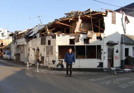 津波は屋根の上まで あまりの惨さに・・・。