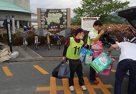 ボランティアに紙おむつを届ける九州の販売店