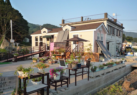 美容室(8月)(山田)保健所の許可もおり、無事の開店、綺麗に花も咲きました。