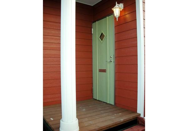 玄関はウッドデッキ&コラム、ポーチライトでお洒落に