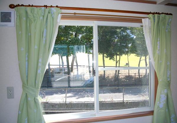 大きめの窓はペアガラス仕様