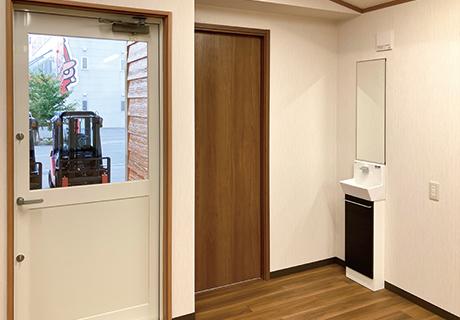 入り口横スペースは仕切るとトイレやロッカールームに使用できます。(2)