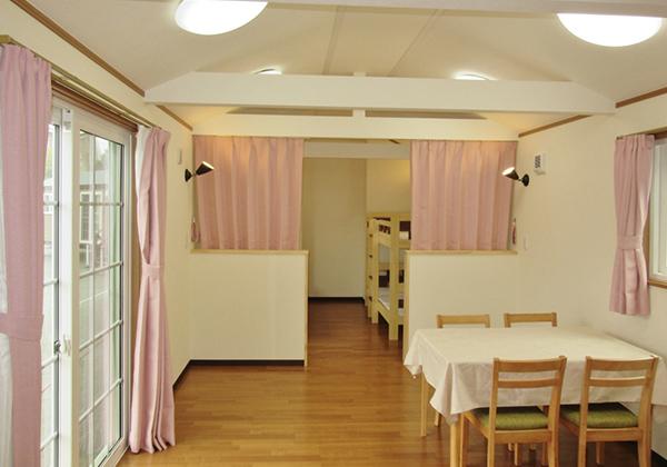 寝室はカーテンで仕切れます