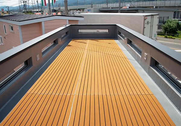 屋上への出入口は大きい防水型デッキはMウッド