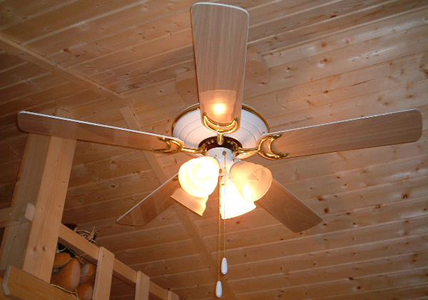 木の天井と木目調シーリングファン
