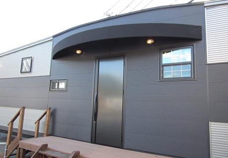 大型玄関ドアを採用 大人の雰囲気(2重ロック)