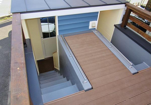 屋上へは1階から階段で上がります