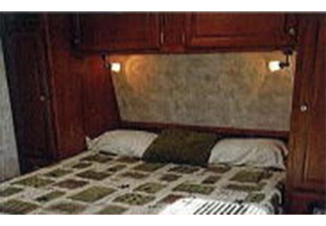 2人でもゆったり眠れる広いベッドには 読書用のランプも付属。