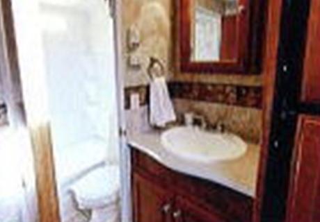 陶器製のトイレと収納スペースを確保した洗面台。