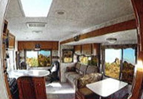 窓、天窓を広く取り、自然光が多く差し込み、明るい室内。