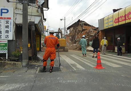 益城町中心地は倒壊建物で道路封鎖。