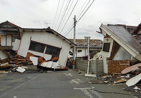 倒壊建物が道をふさぎ車両での支援は困難
