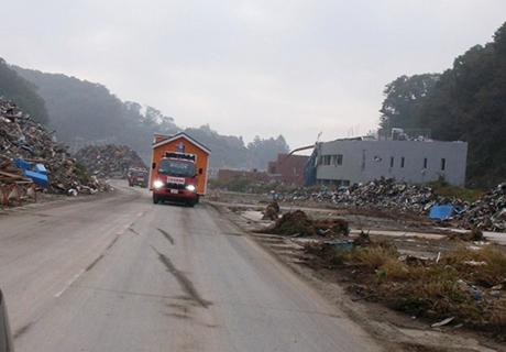 瓦礫の中を輸送中 23年10月女川町
