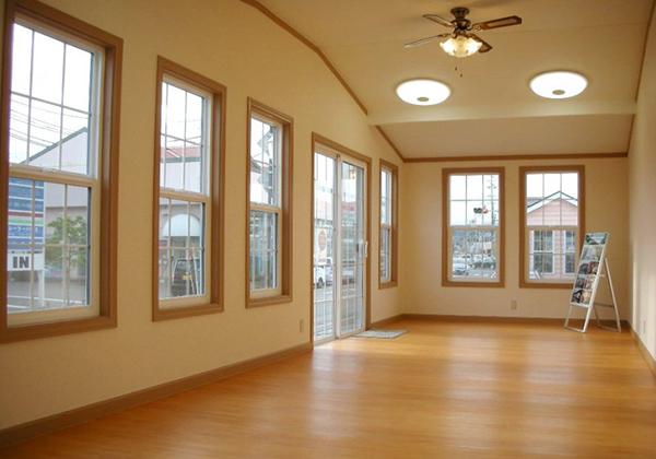 床・壁・天井に100mmの断熱材をいれております。