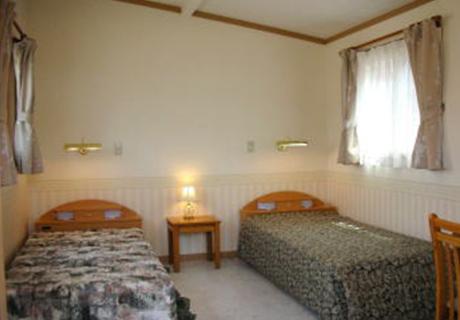 シングルベッド2台でもゆとりのあるリビングを確保