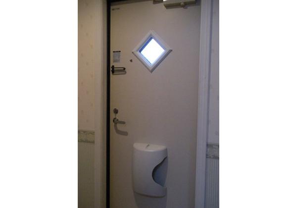採光窓・ポスト付、内鍵付の安心ドアを採用