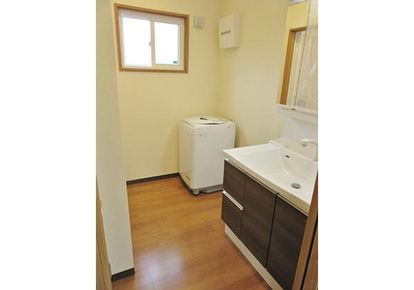 脱衣所には洗面キャビネット、洗濯機スペースを完備