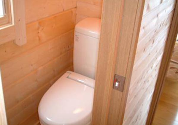 暖房便座付トイレも木の香りで優しい