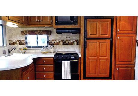 カウンターは19mmの頑丈な合板を使用。表面はソリッド仕上げになっています。作業スペースも広いキッチンは収納スペースも多く確保し、使いやすく便利な仕上がり。壁のラインは3色からお選び頂けます。