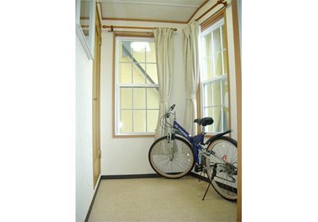 自転車を置いても余裕のある広い玄関スペース。